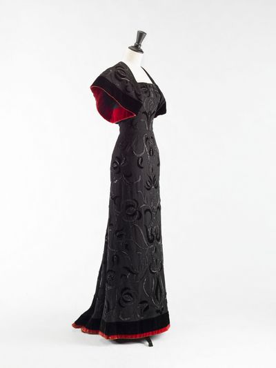 Cristobal Balenciaga (1895-1972). Boléro et robe fourreau. Robe. Ensemble en lainage noir, velours de soie noir et rouge, doublure crêpe de Chine noir, broderies d'applications de velours perles tubes de jais. 1947-1948. Galliera, musée de la Mode de la Ville de Paris.