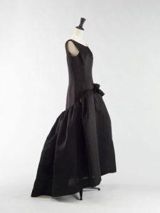 Balenciaga. Robe. Gazar noir, doublure en pongé de soie noire. 1963. Galliera, musée de la Mode de la Ville de Paris.