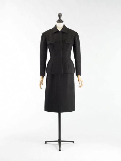 Cristobal Balenciaga (1895-1972). Veste et jupe. Tailleur. Crêpe de laine noir, doublure en taffetas noir. 1952-1953. Galliera, musée de la Mode de la Ville de Paris.